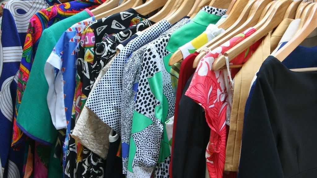 Con la llegada del frío, el temido cambio de armario: trucos para guardar la ropa de verano en perfecto estado