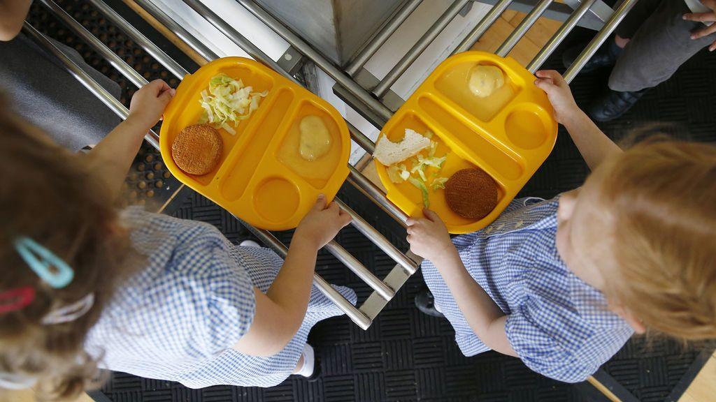 Los menús escolares sirven demasiada carne e hidratos, según la OCU