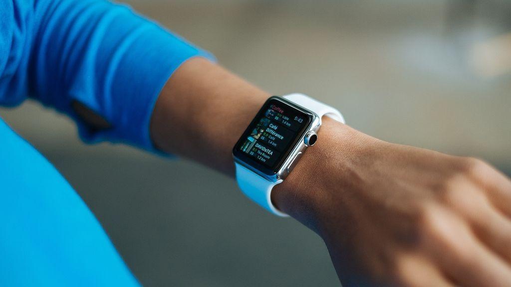 Su reloj inteligente le 'salva' la vida: le detectó una arritmia cardíaca de la que fue operado de urgencia