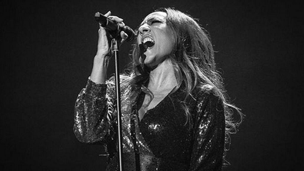"""Mónica Naranjo realiza un regalo a su hermano en su concierto de Madrid: """"Con vuestro permiso, se la voy a volver a dedicar"""""""