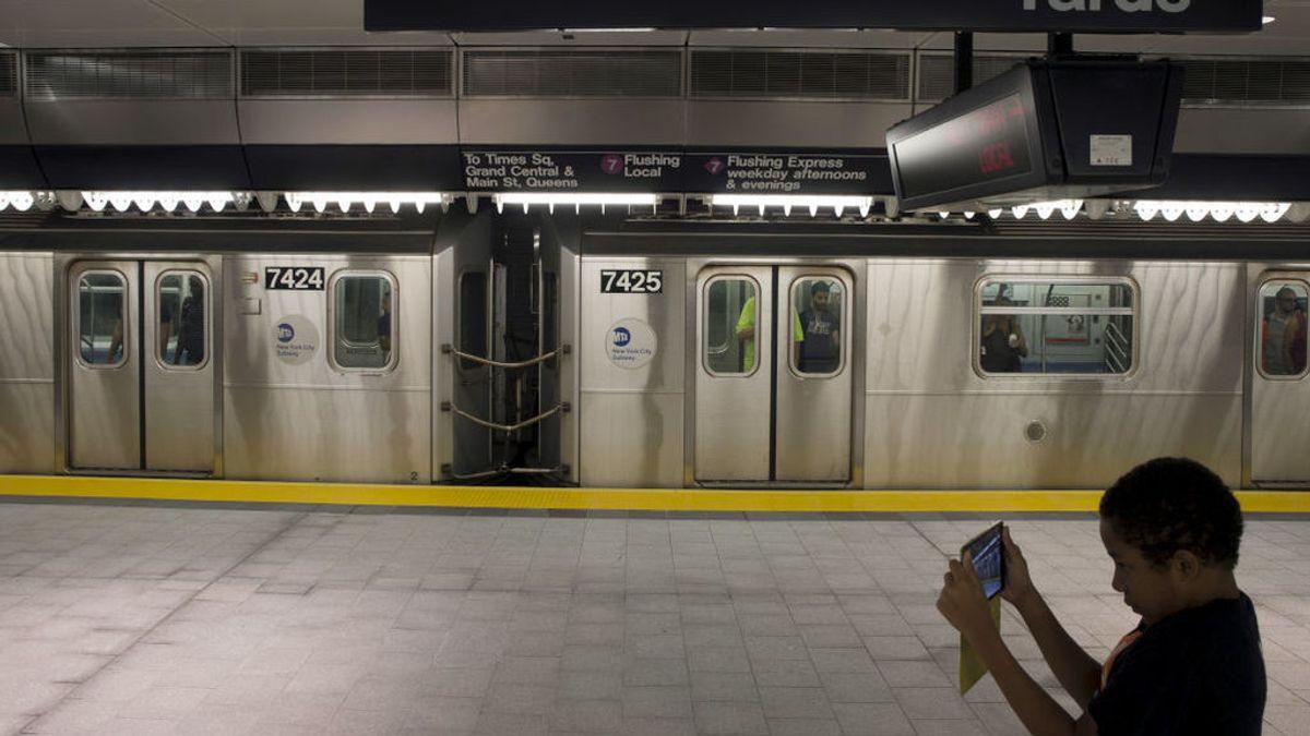 Emily Zamourka, la mendigo que se ha hecho viral cantando Puccini a un policía en el metro de de Los Ángeles