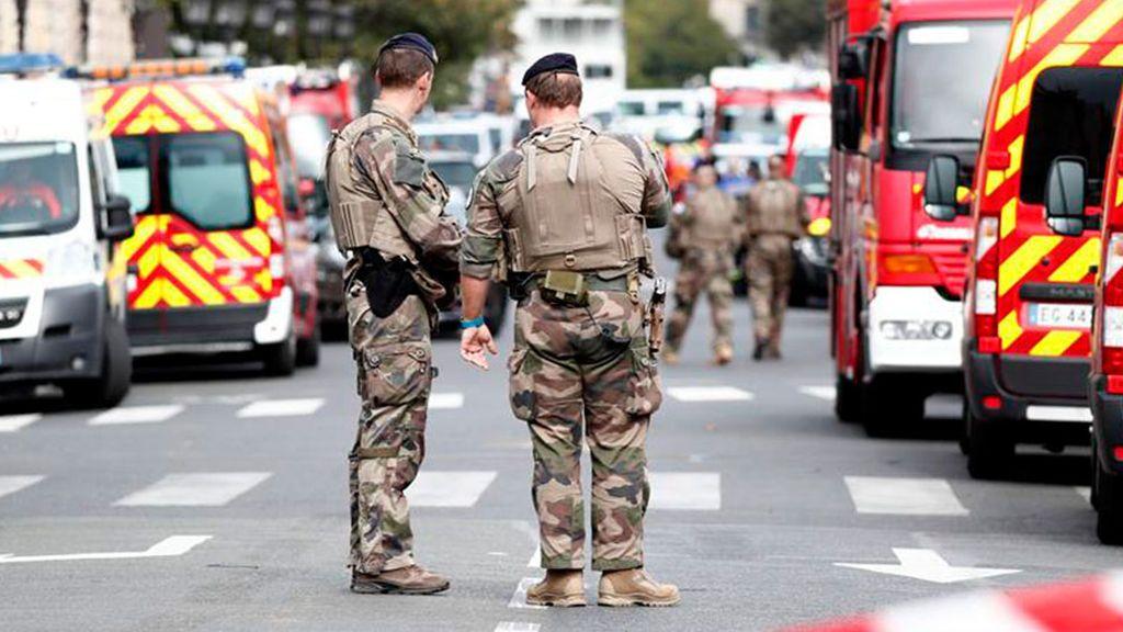 Al menos cuatro policías muertos en un ataque con cuchillo en París