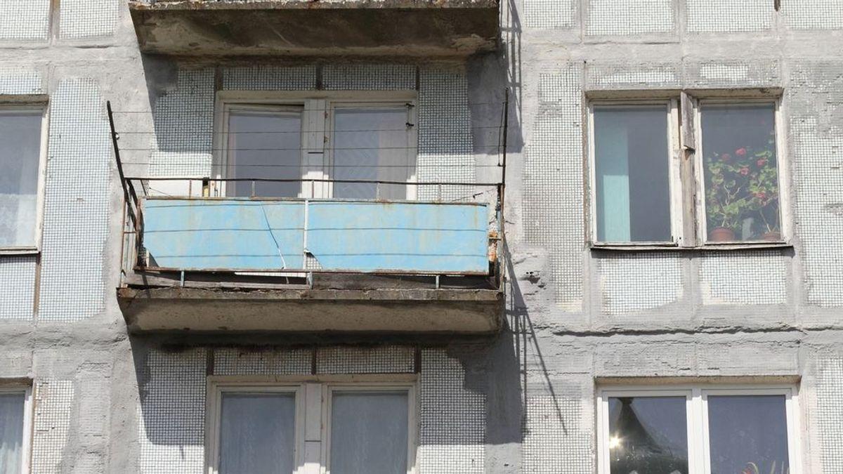 Un hombre se mata a sí mismo y a sus 2 hijos menores lanzándolos por el balcón porque su mujer quería el divorcio