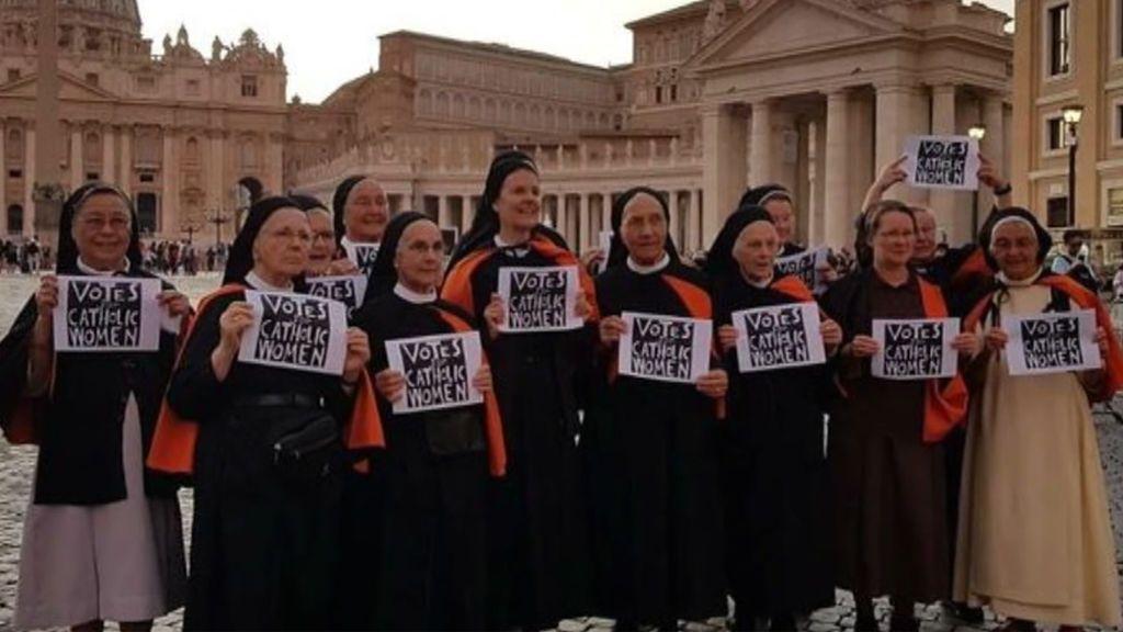 El feminismo llega a la Iglesia: un grupo de religiosas se manifiesta en el Vaticano para reivindicar la igualdad en la institución