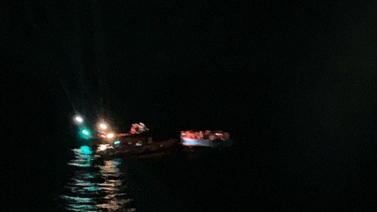 El 'Open Arms' localiza en el mar una embarcación de madera con 40 personas a bordo, 4 de ellas niños