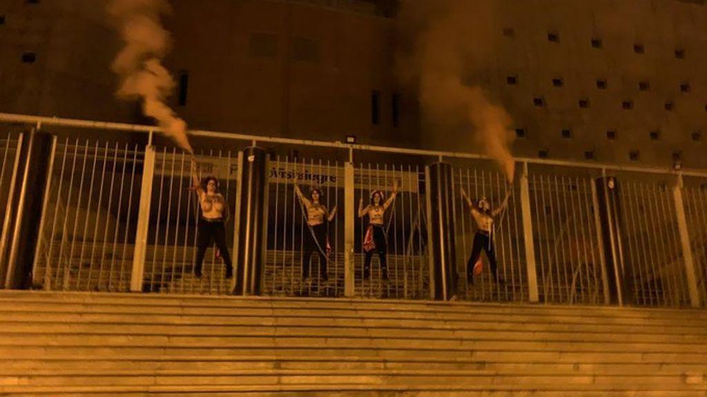 Cuatro activistas de Femen se encadenan en Vistalegre antes del mitin de Vox