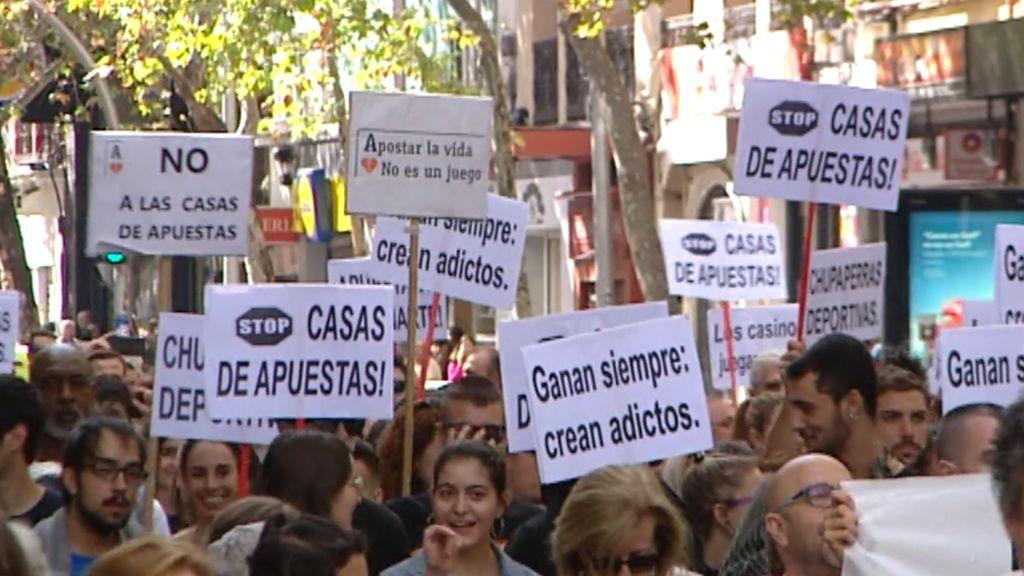 """""""Fuera casas de apuestas de nuestros barrios"""": cientos de personas protestan en Madrid contra su proliferación"""
