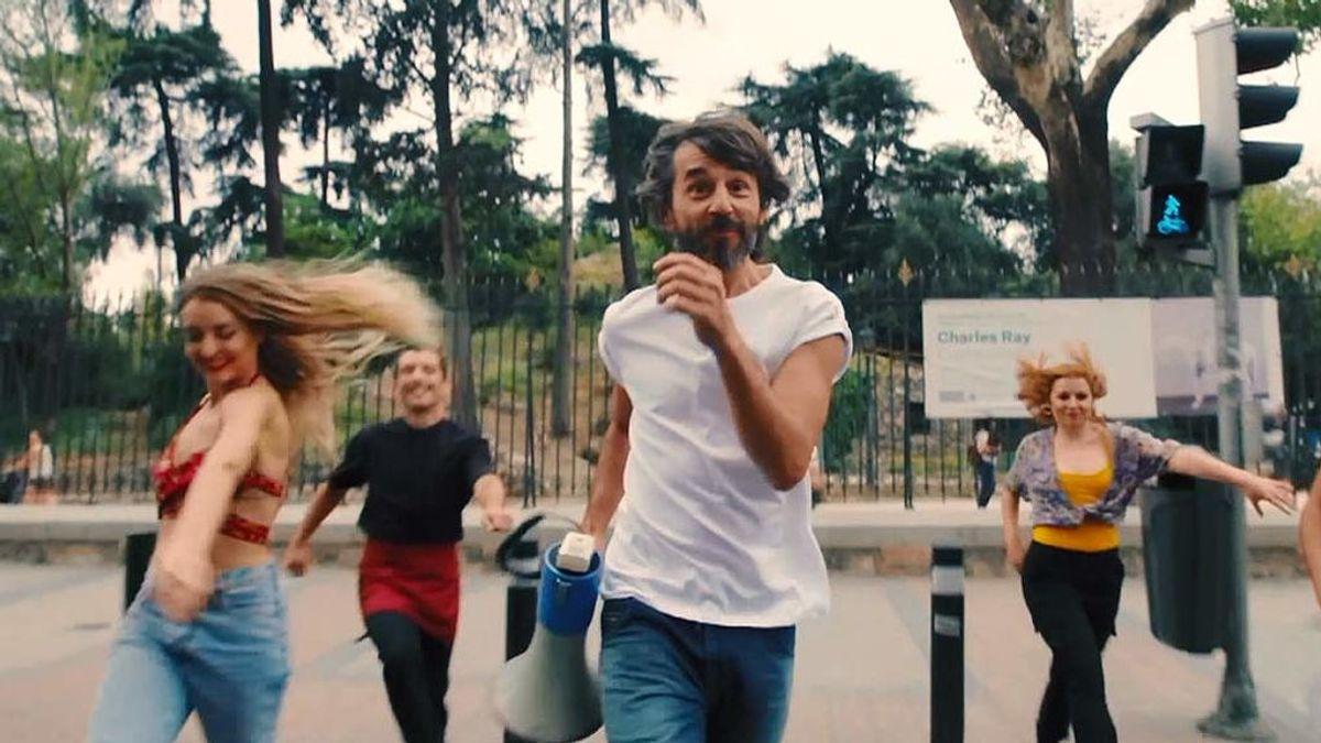 """Santi Millán capitanea un impresionante flashmob: """"Nadie nos puede prohibir bailar"""""""