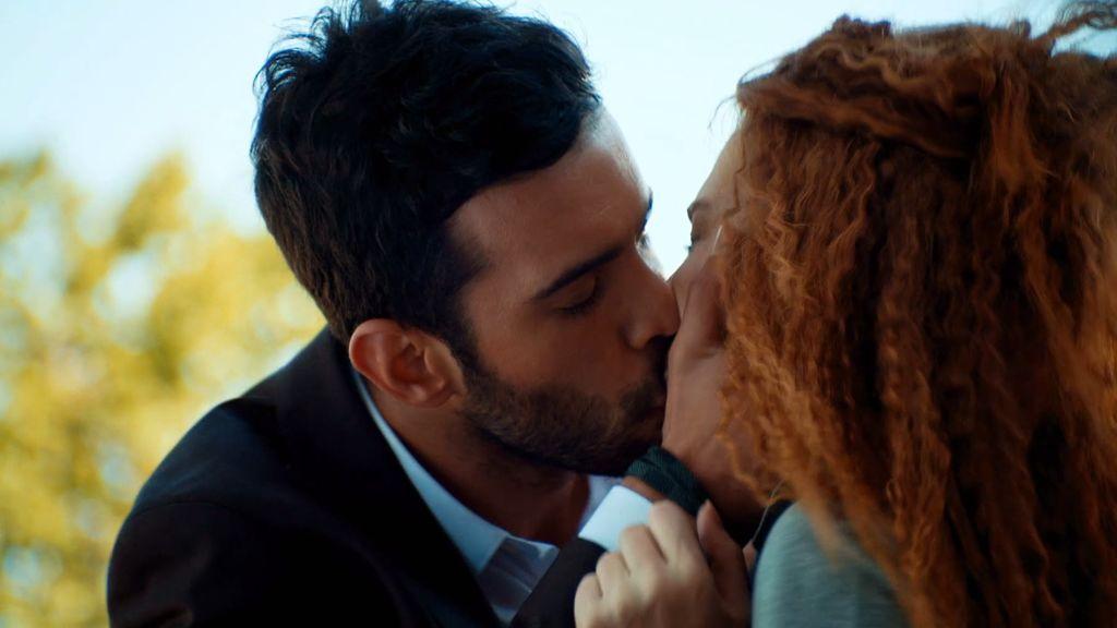 Un beso robado protagoniza el primer capítulo de 'Te alquilo mi amor'
