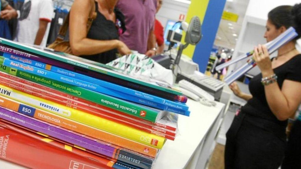Acusan al 'cartel' de los libros de subirlos un 32% y amenazan con demandarlos tras una sanción de la CNMC