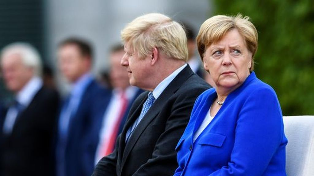 """Londres asume que el acuerdo del Brexit es casi """"imposible"""" tras una llamada entre Johnson y Merkel"""