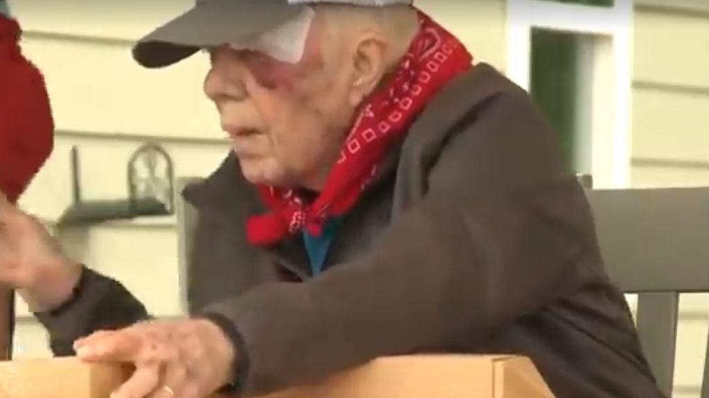Jimmy Carter acude con el ojo morado a construir viviendas con la ONG 'Habitat for Humanity'