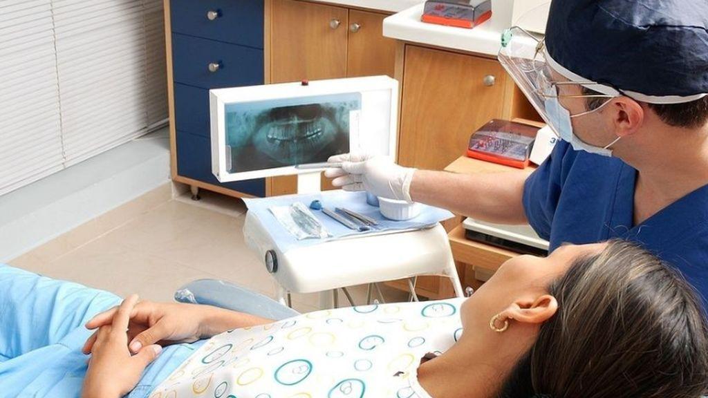 Ellas se cepillan más los dientes que ellos: la mitad de los españoles va al dentista una vez al año