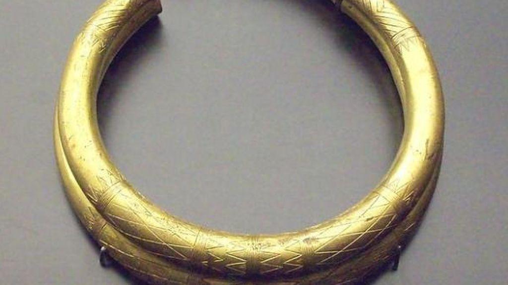 Halla con un detector de metales una pulsera de oro de 4.000 años de antigüedad