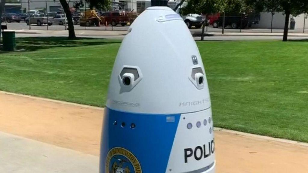 """Un robot policía de patrulla en un parque de California ordena """"apartarse del camino"""" a una mujer que le pedía auxilio"""