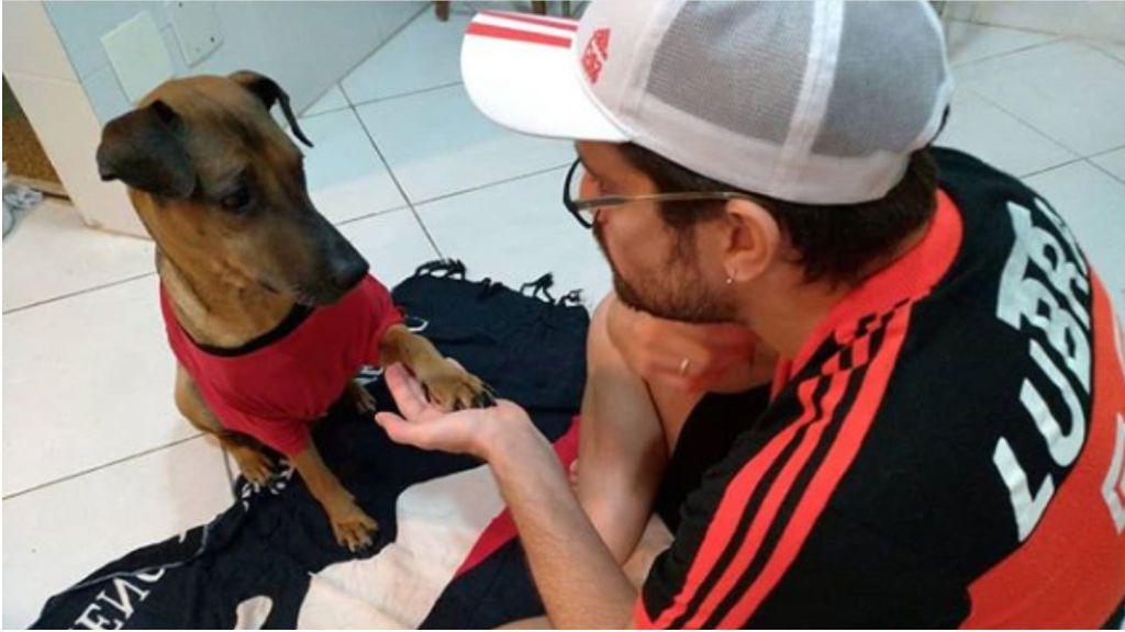Emotivo acto de un hincha de fútbol: vende sus entradas de la Copa Libertadores para salvar a su perro con cáncer