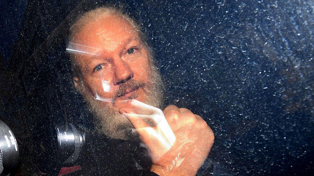 Assange denuncia que una empresa española robó un pañal con heces de un bebé para ver si era su hijo