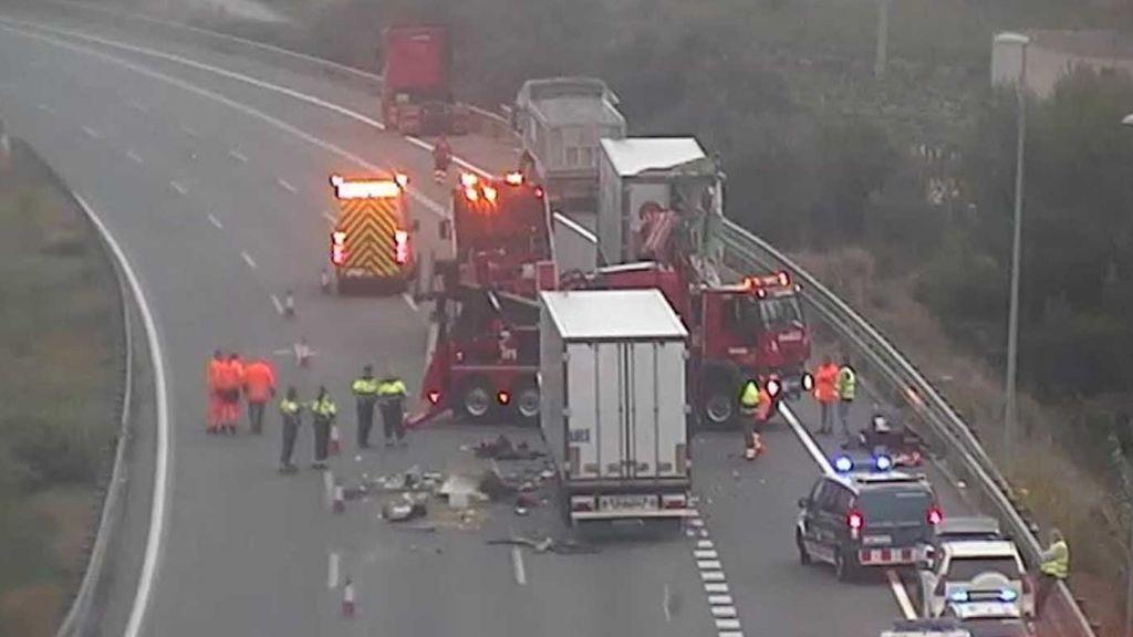 Mueren dos personas en el choque entre dos camiones en un atasco en la AP-7