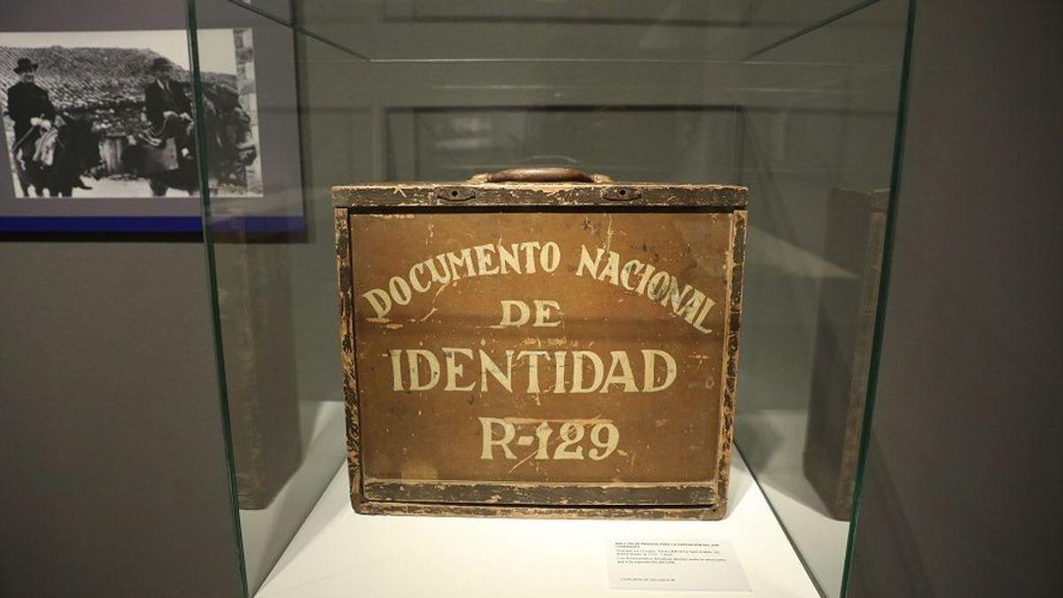Hace 75 años el primer DNI llevaba un águila imperial, una bandera de España y fue para Franco