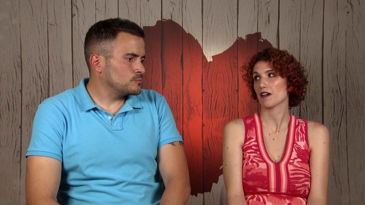 César le deja a Mireia una tarjeta con sus tarifas de stripper