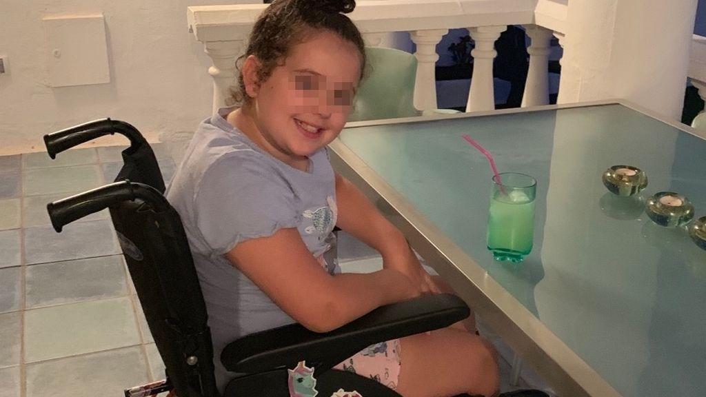 Una niña de 9 años se queda paralítica tras caerse al hacer una voltereta: sufre un raro trastorno cerebral