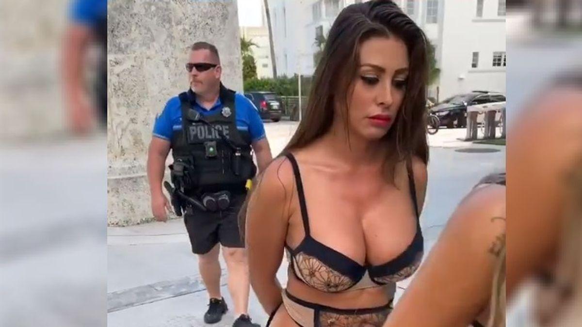Despiden a un oficial de policía tras aparecer uniformado en un vídeo con modelos de Playboy semidesnudas