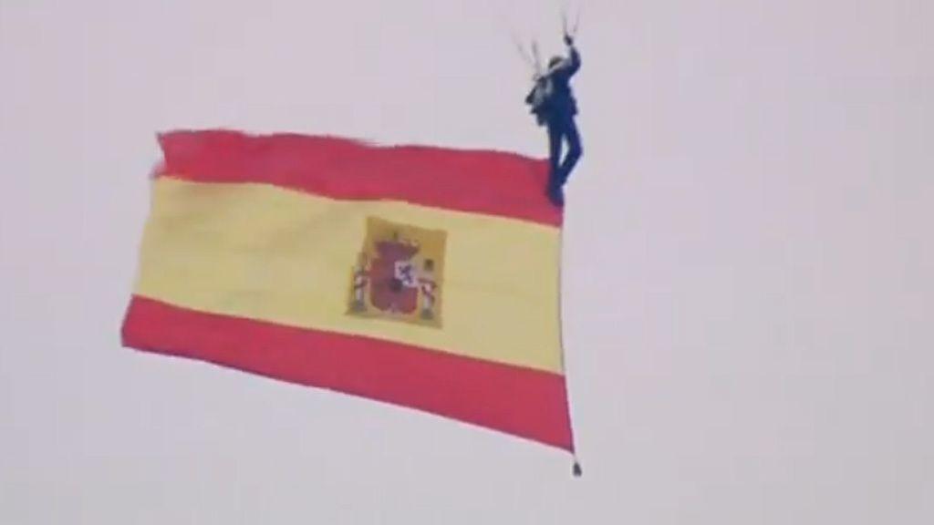 Desfile del Día de la Hispanidad: El paracaidista que lleva la bandera se engancha a una farola