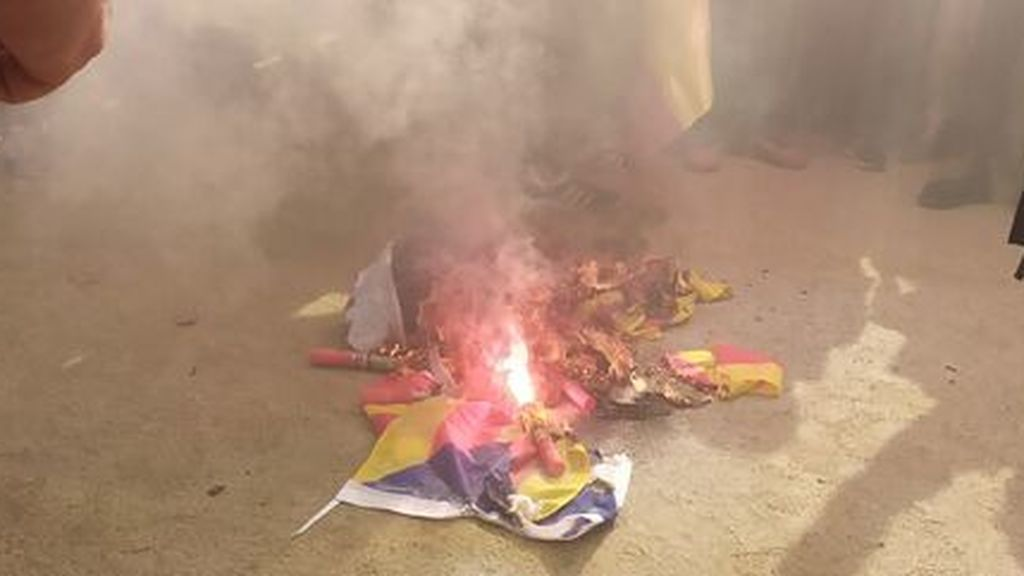 Un centenar de manifestantes en Barcelona cantan el 'Cara al sol' y queman una 'estelada'