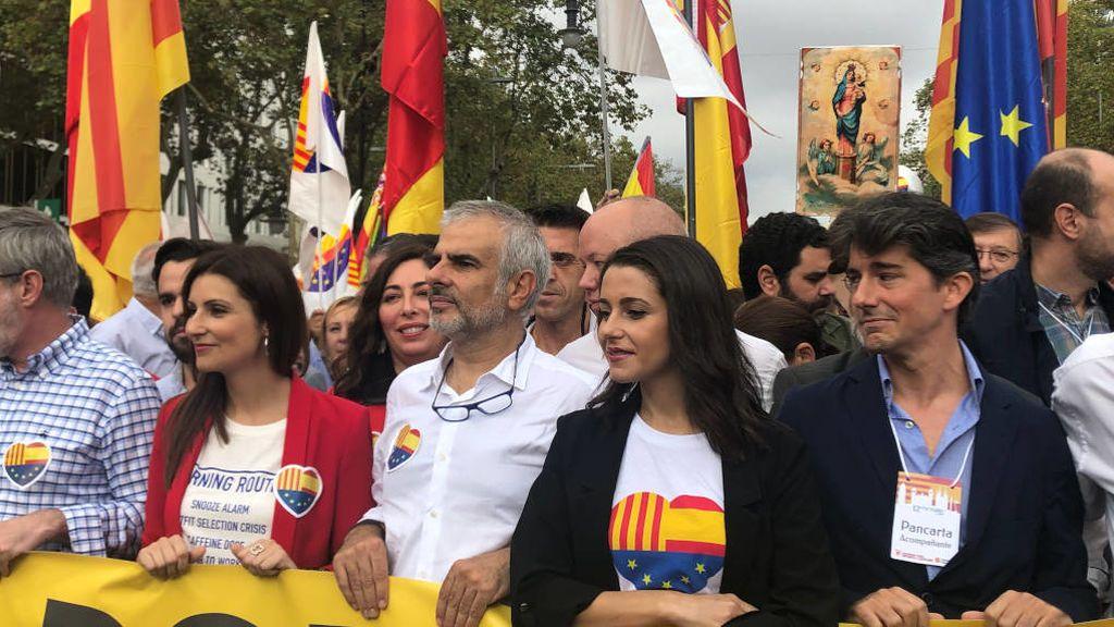 Lorena Roldán, Carlos Carrizosa e Inés Arrimadas sujetan la pancarta