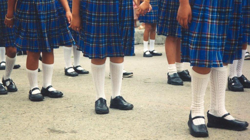 Expulsan de clase a un niño por llevar pantalones baratos y decide volver con falda como protesta