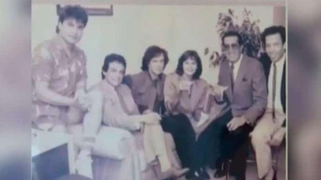 La foto viral de Juan Gabriel, José José, Camilo Sesto y Rocío Durcal estaba recortada: salían 2 personas más