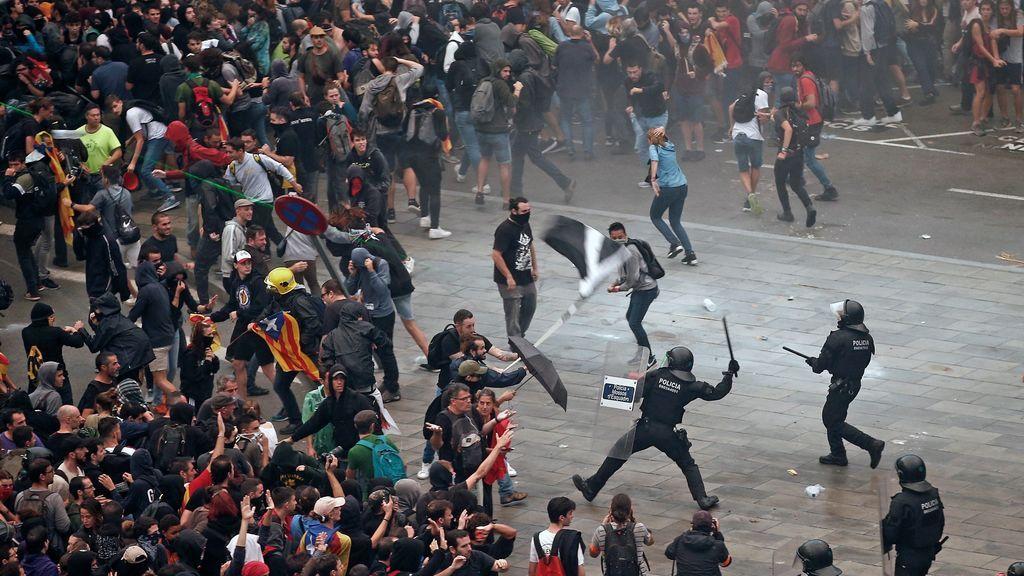Mossos y Policía Nacional cargan para evitar el colapso total del aeropuerto del Prat