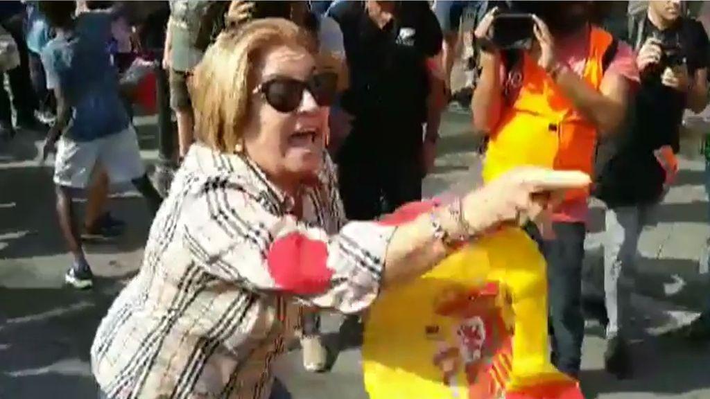 Tremenda agresión a una mujer que bailaba con la bandera española en Tarragona