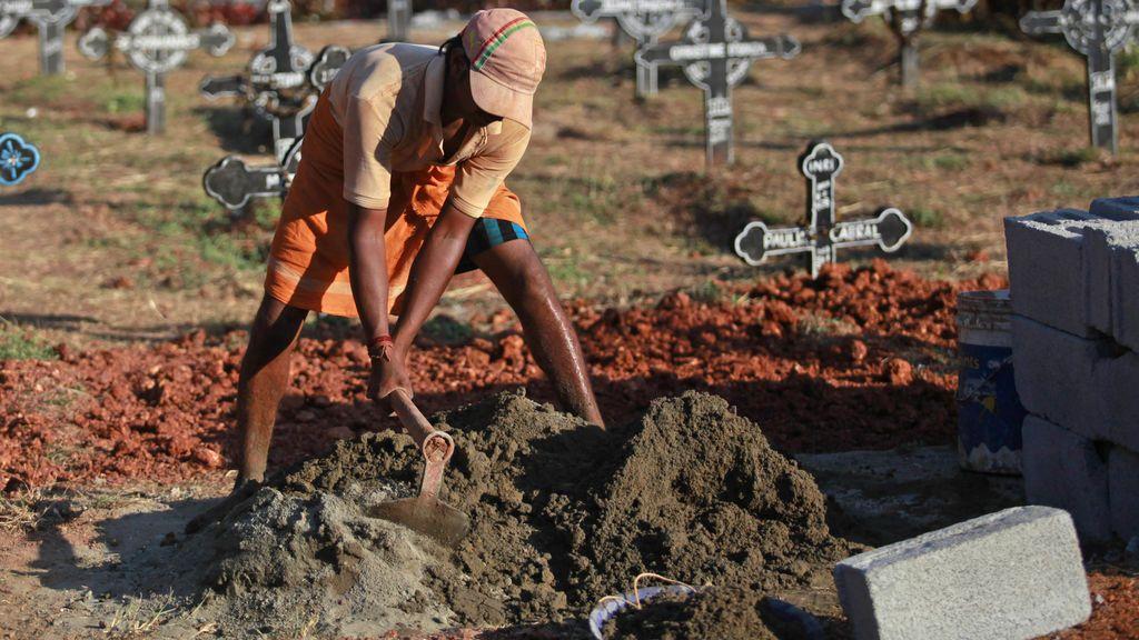 Cava una tumba para su bebé recién fallecida y encuentra una vasija con un bebé enterrado aún con vida