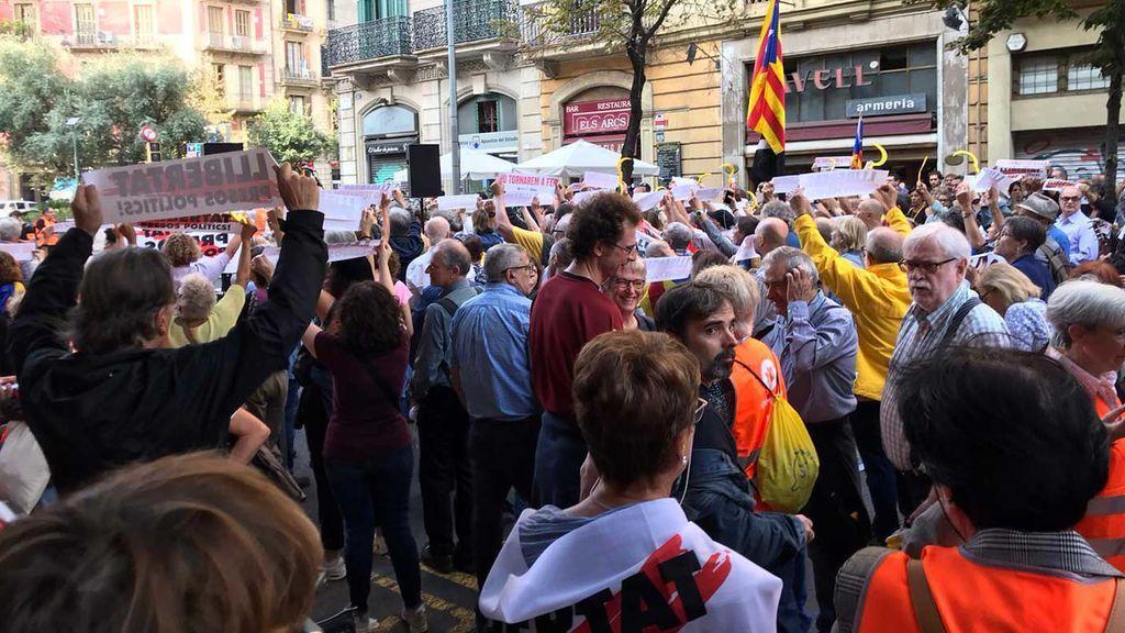 Concentrados ante la delegación de la Generalitat en Girona