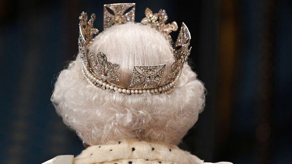 La reina de Inglaterra rompe la tradición y cambia su corona: ¿hay mensaje en clave?