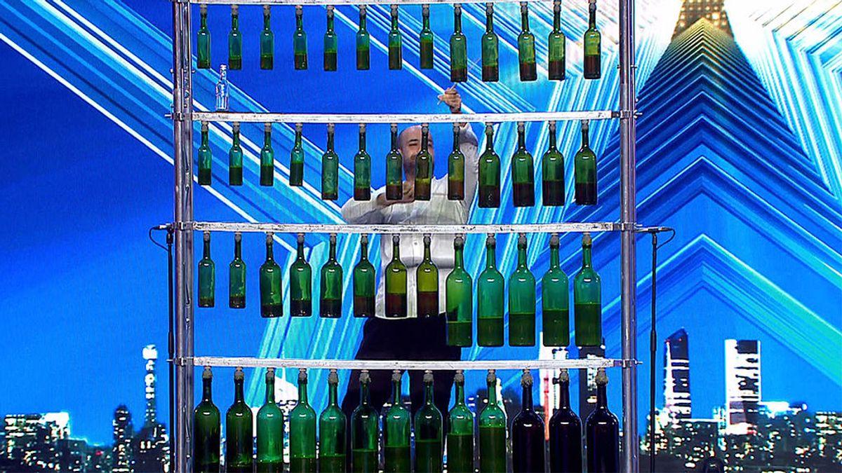 El novedoso número musical de Pau y sus botellas sorprende al jurado