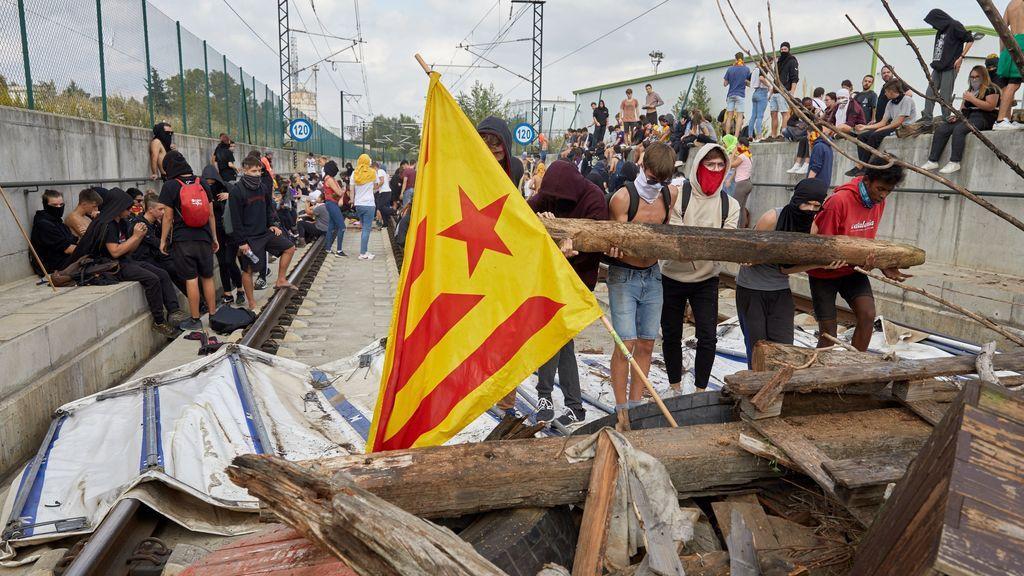 Manifestantes interrumpen la circulación del AVE y Cercanías en Gerona