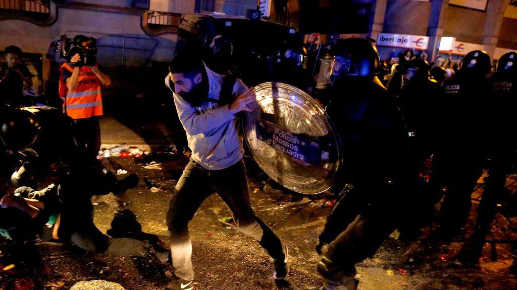 Cargas policiales en el segundo día de protestas en Cataluña