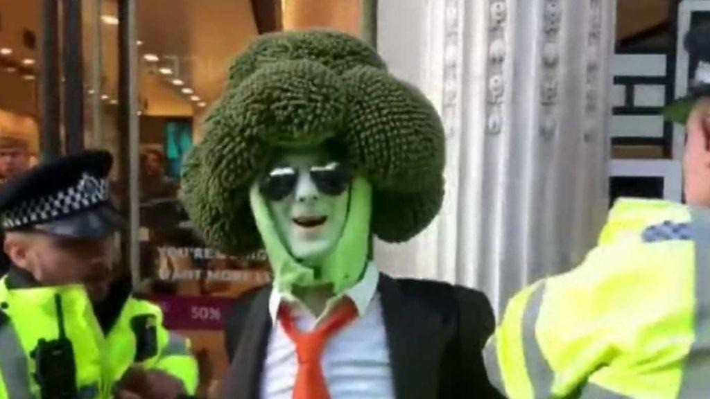 Detienen a un brócoli gigante durante una protesta por el clima en Londres