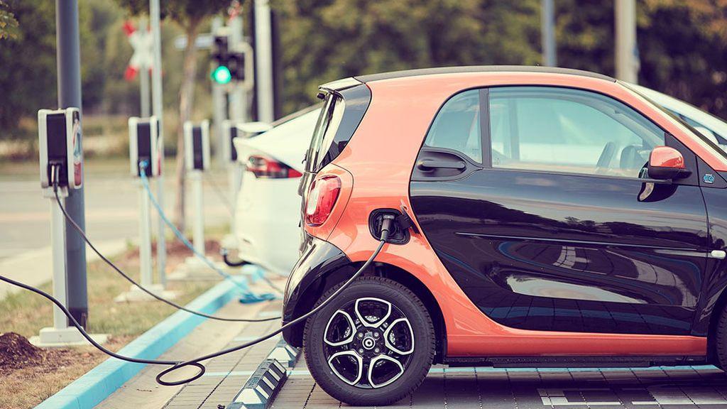 """La DGT sobre el coche eléctrico: """"es carísimo y no hay dónde enchufarlo"""""""