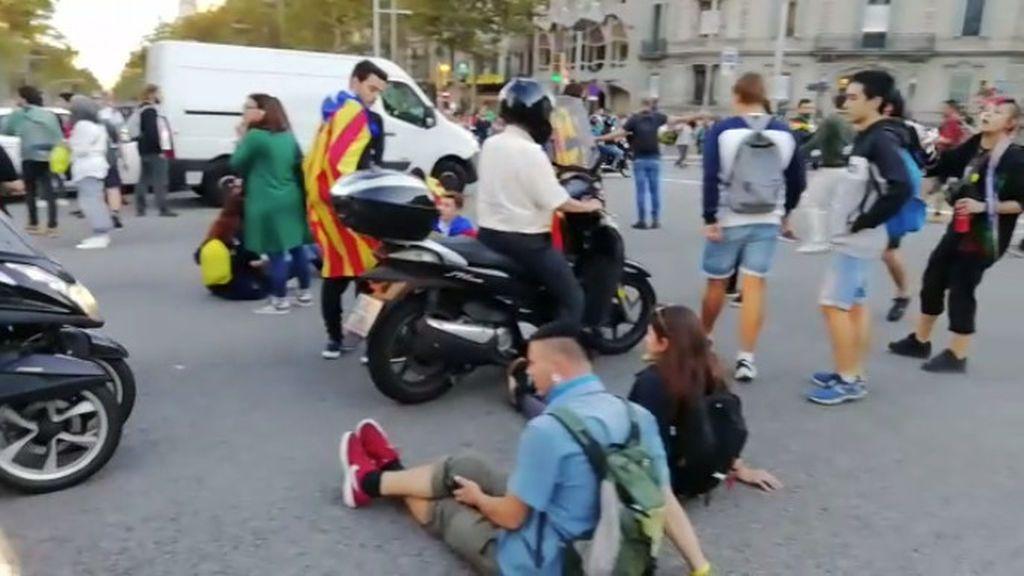 Manifestantes sentados cortando una de las arterias principales de Barcelona