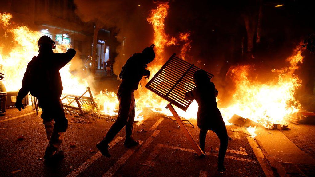 Imágenes de las barricadas de fuego en el Passeig de Gràcia