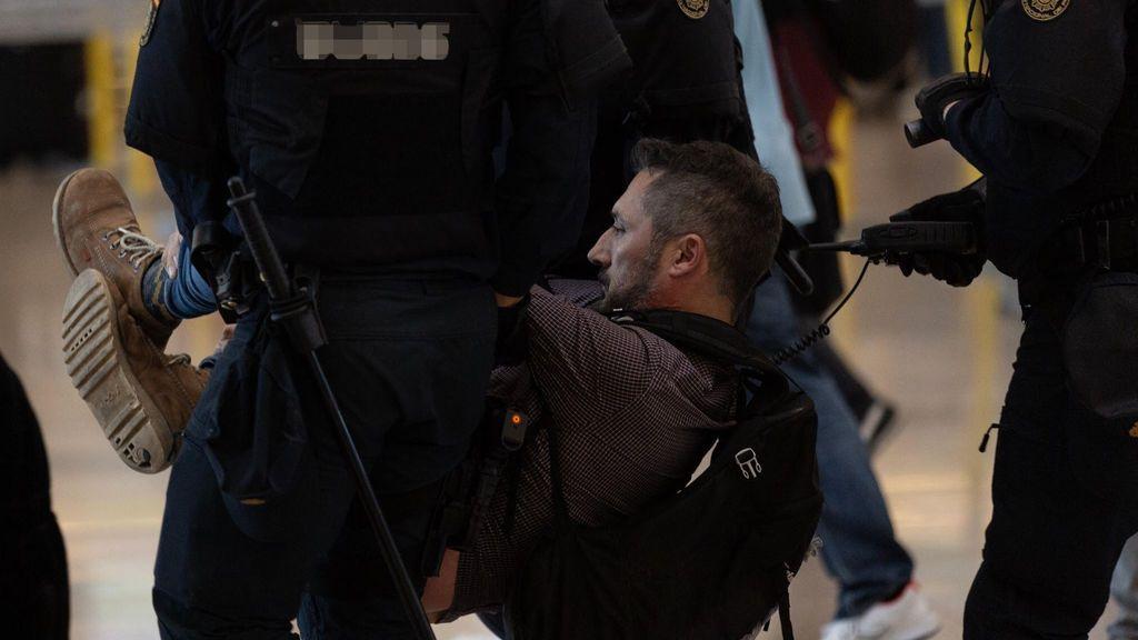 Así fue el desalojo de independentistas en El Prat