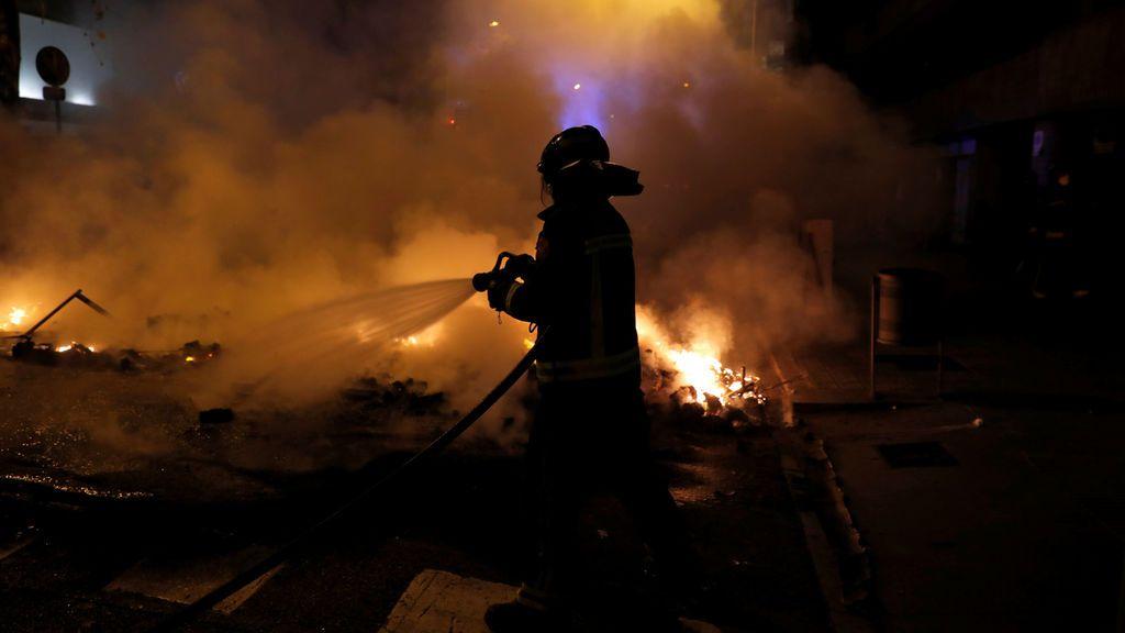 Los bomberos se afanan en apagar las barricadas de fuego en el centro de Barcelona