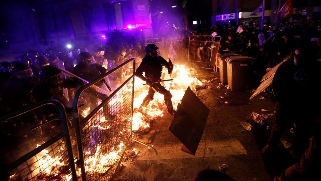 La policía sortea las barricadas de fuego de los radicales independentistas