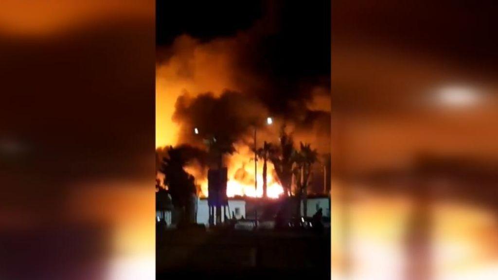 Las llamas calcinan un asentamiento de chabolas en Lepe