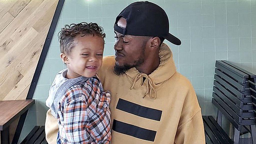 Un padre celebra bailando que su hijo lleva 11 meses sin cáncer