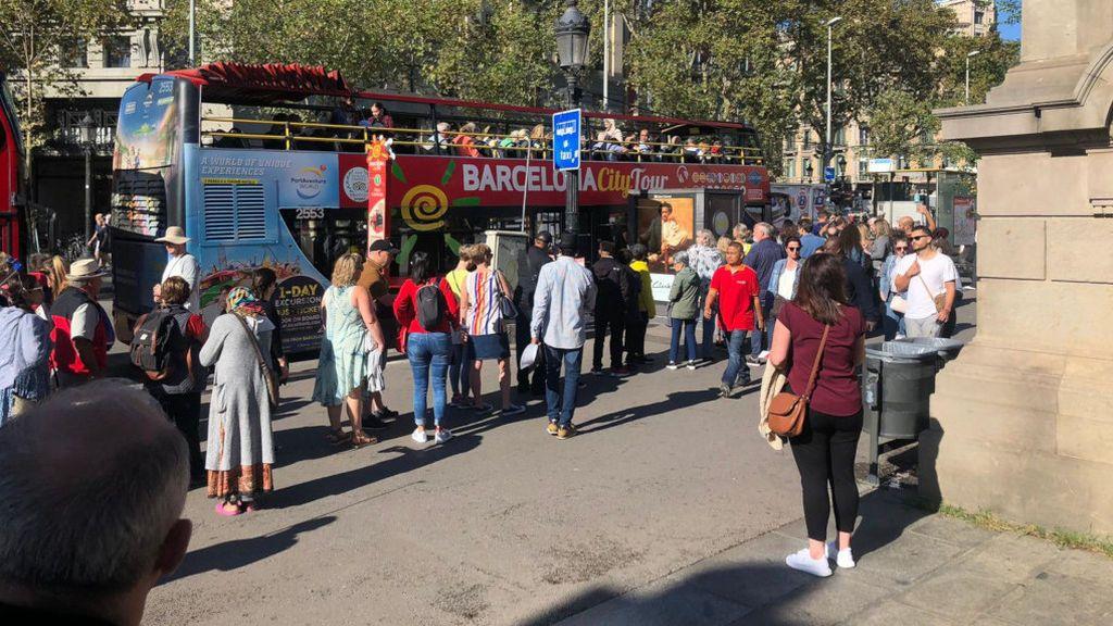 Turistas haciendo colas para subir al Bus Turístic