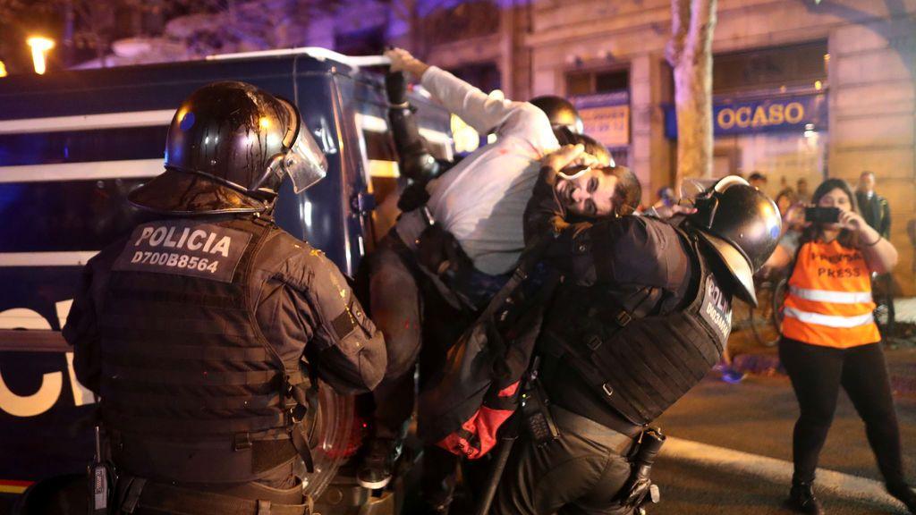 Varios manifestantes, detenidos por los Mossos frente a la Delegación del Gobierno de Barcelona